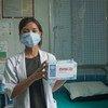 El uso de mascarillas es uno de las herramientas más eficaces para salvar vidas y detener la transmisión del COVID-19. En la imagen, una trabajador de salud despliega mascarillas entregadas por el Programa de las Naciones Unidas para el Desarrollo en India.