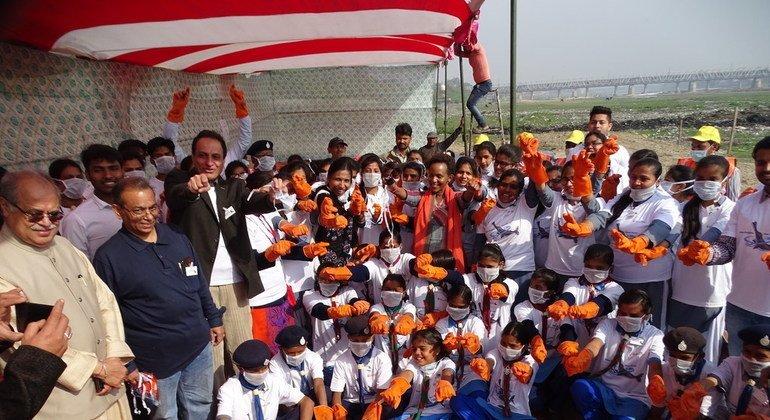 उत्तर प्रदेश के आगरा शहर में स्कूली बच्चों ने प्लास्टिक का उपयोग न करने का संकल्प लिया.