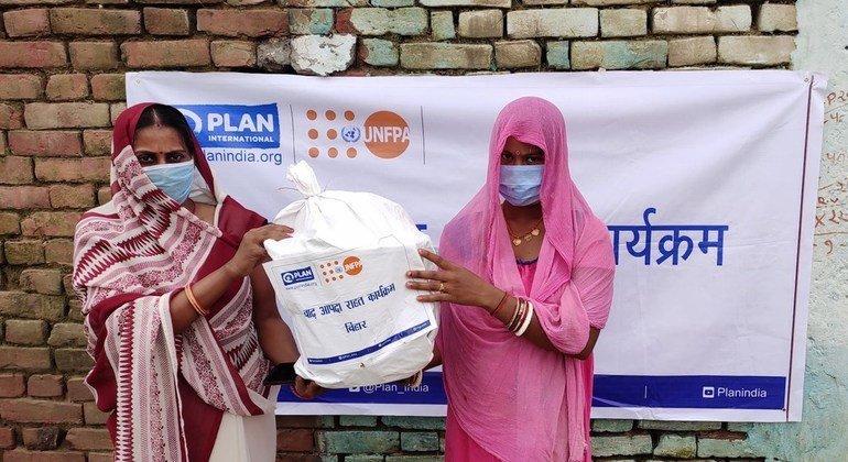 बिहार में मानसून के मौसम में महिलाओं और लड़कियों के लिये स्वच्छता और सफ़ाई उत्पादों सहित अन्य सेवाओं व आवश्यक वस्तुओं तक पहुँच कम हो गई.