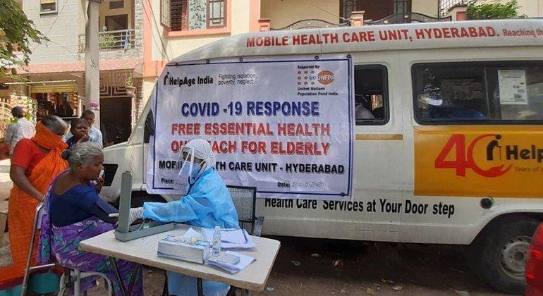 तेलंगाना में UNFPA के कार्यान्वित भागीदार हेल्पएज इंडिया के ज़रिये, वरिष्ठ नागरिकों को आवश्यक स्वास्थ्य देखभाल सेवाएँ और ज़रूरत की वस्तुएँ दी जाती हैं.
