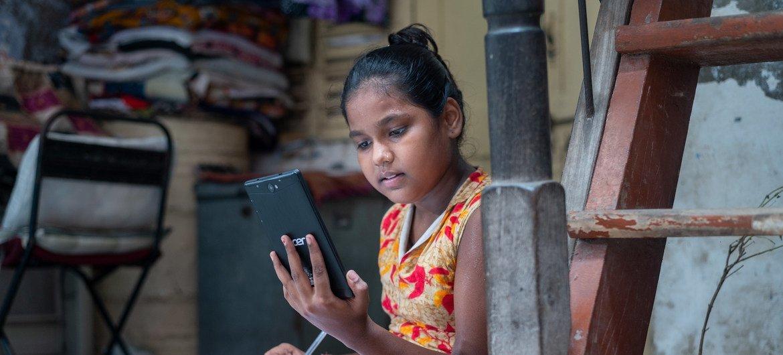 Menina na Índia estudando em casa devido a fechamento de escolas