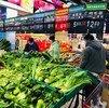 Compradores de un mercado en la ciudad de Nanjing, en el este de CHina, llevan mascarillas contra el coronavirus