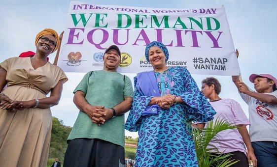 من الأرشيف: نائبة الأمين العام، أمينة محمد، تشارك في مسيرة بمناسبة يوم المرأة في بابوا غينيا الجديدة