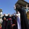 教皇方济各(中)在伊拉克摩苏尔的叙利亚天主教堂废墟上放飞一只代表和平的鸽子。