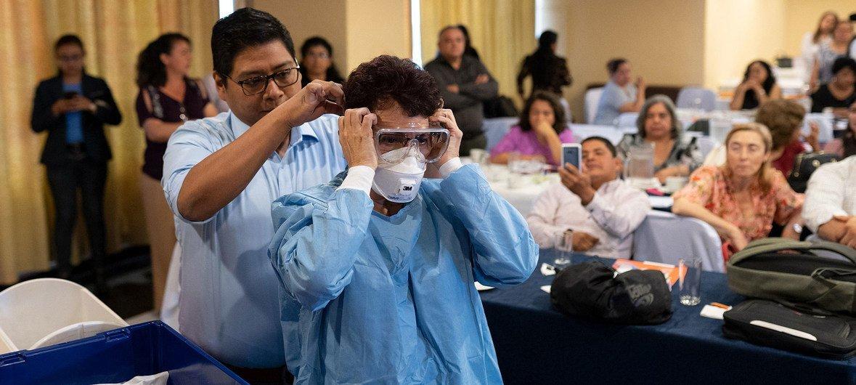 Avec le soutien de la branche régionale de l'OMS, des travailleurs de santé au Guatemala reçoivent une formation pour s'occuper des patients atteints du coronavirus.