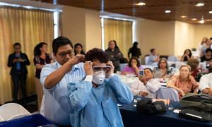 Trabajadores de salud reciben capacitación sobre el manejo de pacientes con coronavirus en Guatemala.