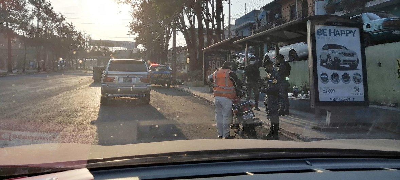 Las autoridades en la Ciudad de Guatemala monitorean las calles durante el toque de queda para prevenir el contagio del coronavirus.