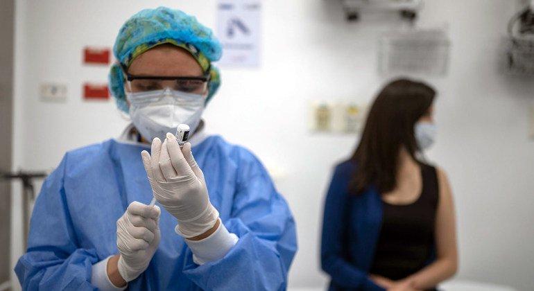 В некоторых странах прививки уже делают молодым и здоровым людям, в то время как в других вакцину получили еще не все медработники и старики.