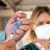 Funcionária de saúde prepara vacina contra Covid-19 no Brasil