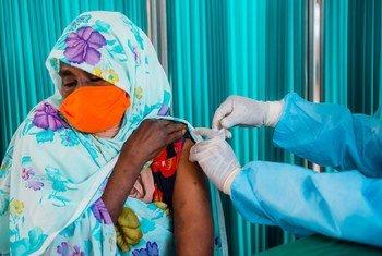 Une réfugiée au Rwanda reçoit sa première injection du vaccin contre la Covid-19.