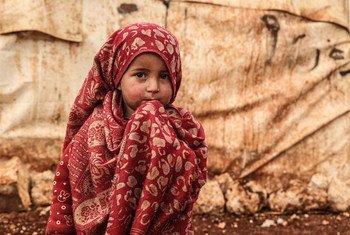 Menina em campo para deslocados intenos de Khair Al-Sham na Síria