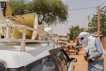 Mfanyakazi wa UNICEF akisaidia kampeni ya kuhamasisha umma kuhusu COVID-19