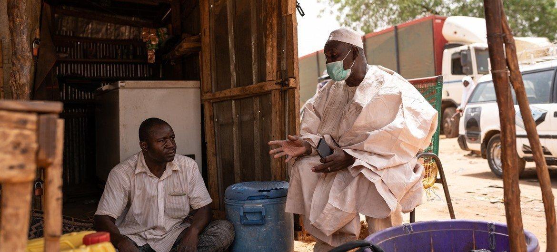 Dos habitantes de Niamey, la capital de Níger.