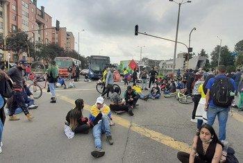 Manifestantes nas ruas de Bogotá, na Colômbia
