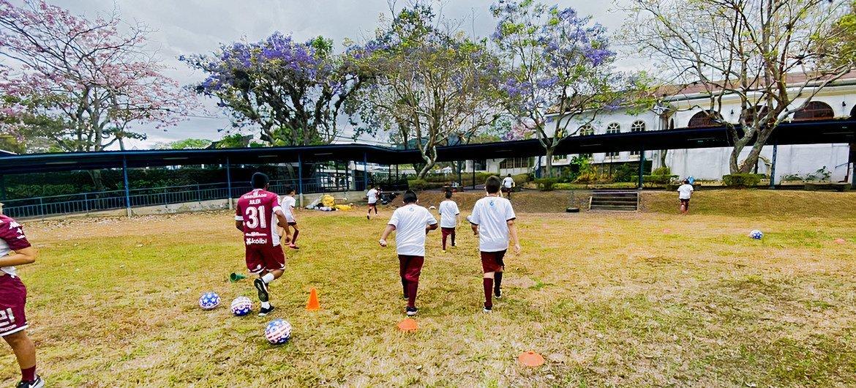Niños y niñas aprenden no solo a pasar o rematar el balón, sino a trabajar en equipo y mostrar solidaridad hacia las demás personas.