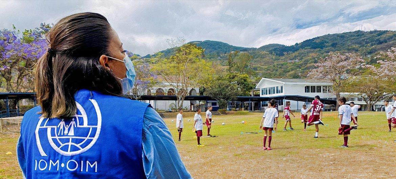 La OIM acompañó el proceso de creación de la Escuela de Valores Saprissa y apoya la participación de decenas de jóvenes y niños migrantes en el proyecto.