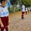 Niñas y niños migrantes asisten los fines de semana a la escuela de fútbol donde reciben apoyo para mejorar su socialización y tener más oportunidades de integración a sus comunidades de acogida.