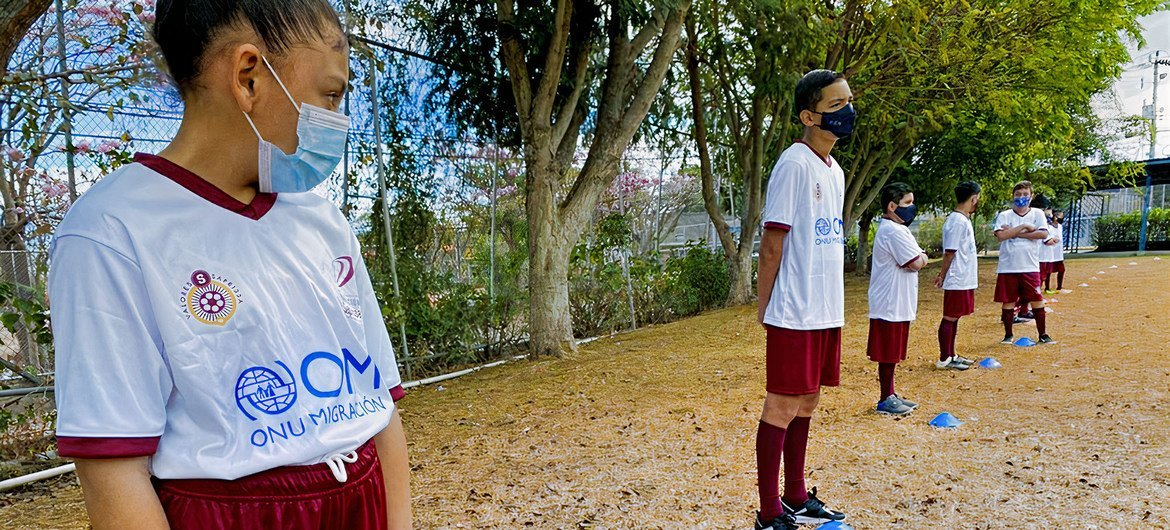Migrant girls and boys attend soccer school on weekends where they receive support to improve their socialization and have more opportunities for integration into their host communities.