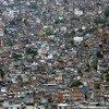 من الأرشيف: منطقة فافيلا مترامية الأطراف على طول التلال في ريو دي جانيرو، البرازيل.