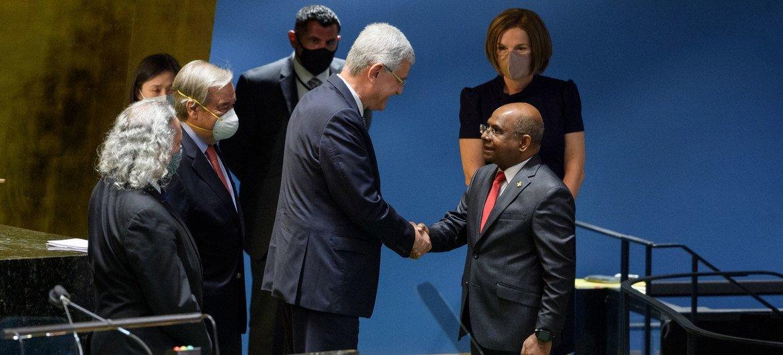 Volkan Bozkir (izquierda) felicita a Abdulla Shahid, quien lo sustituirá en la presidencia de la Asamblea General.
