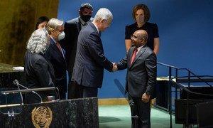 Volkan Bozkir (au centre), président de la 75e session de l'Assemblée générale des Nations Unies, accueille Abdulla Shahid, ministre des Affaires étrangères de la République des Maldives et président élu de la 76e session.