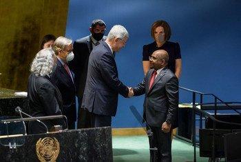 رئيس الدورة الحالية للجمعية العامة، فولكان بوزكير (اليمين)، يحيي عبد الله شاهد، وزير الشؤون الخارجية في جمهورية ملديف والرئيس المنتخب للدورة 76 للجمعية العامة.