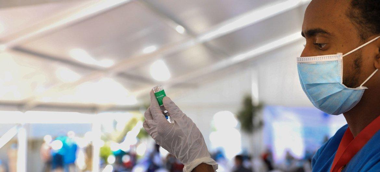 Profissional de saúde prepara uma vacina para Covid-19 na Etiópia