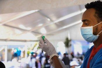 इथियोपिया में एक स्वास्थ्यकर्मी टीका लगाने की तैयारी कर रहा है.