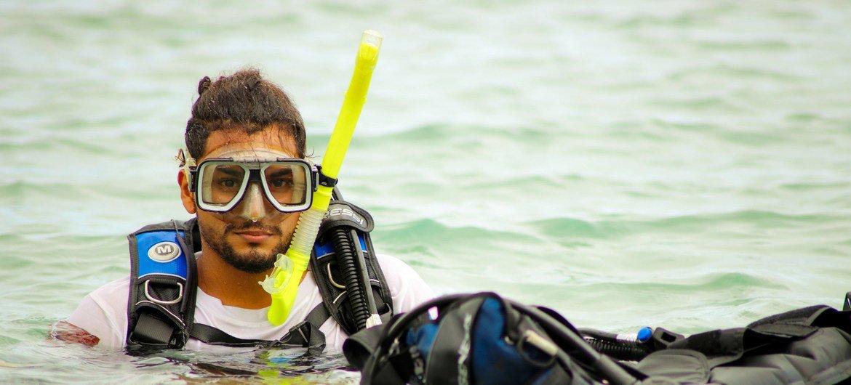 Esteban es uno de los jóvenes del proyecto.  Confiesa ser un amante del mar y dedica muchas horas a la semana para apoyar estudios de conversación de los arrecifes coralinos.