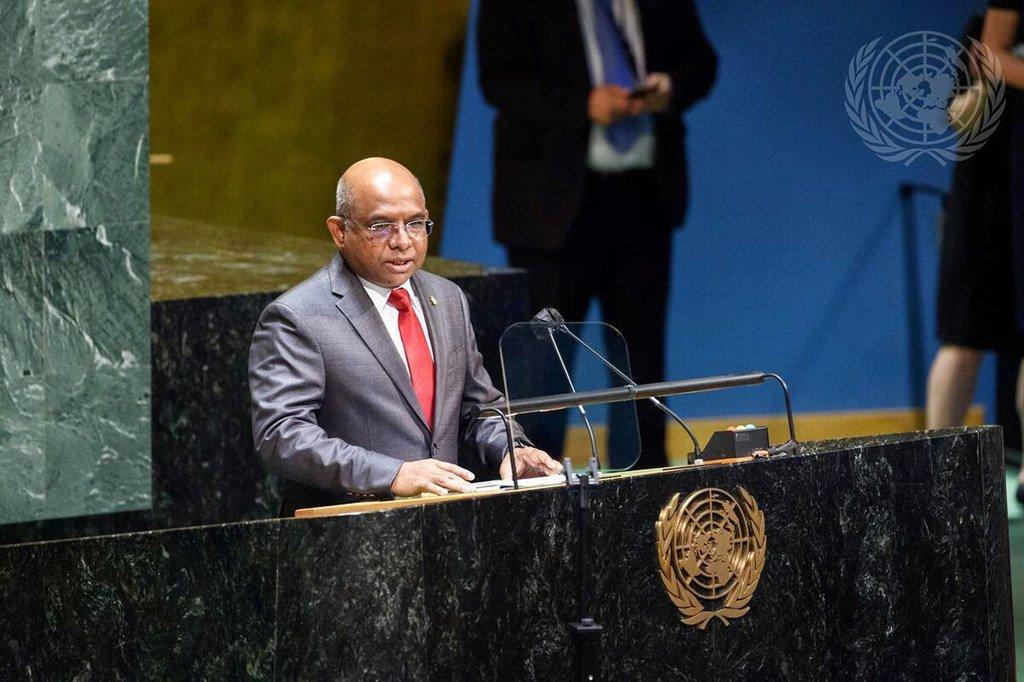 马尔代夫的阿卜杜拉·沙希德在当选联合国大会第七十六届会议主席后走上讲台。