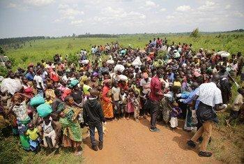 Wakimbizi kutoka Congo wanajipanga kufanya uchunguzi na usalama huko Zombo, karibu na mpaka kati ya Uganda na Jamhuri ya Kidemokrasia ya Congo.
