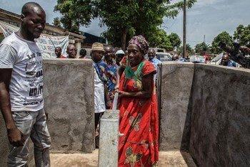 Les habitants de Sara, un quartier de Bangui, la capitale de la République centrafricaine, utilisent un nouveau point d'eau qui a été foré par l'opération de maintien de la paix des Nations unies dans le pay