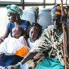 一个流离失所的家庭离开南苏丹朱巴的联合国保护营地,返回他们在琼莱地区的家。