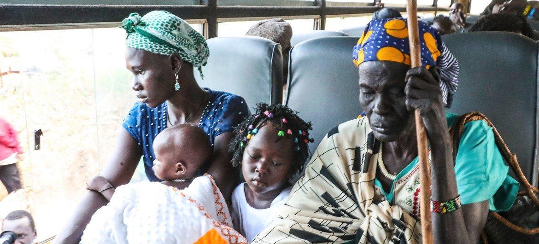 दक्षिण सूडान के जूबा में एक यूएन संरक्षण शिविर में विस्थापित परिवार अपने घर वापसी की तैयारी में.
