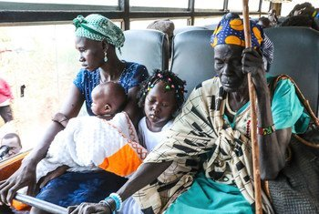 Familia iliyotawanywa ikiondoka katika kambi ya ulinzi wa raia ya Umoja wa Mataifa mjini Juba kurejea nyumbani kwao Jonglei Sudan Kusini