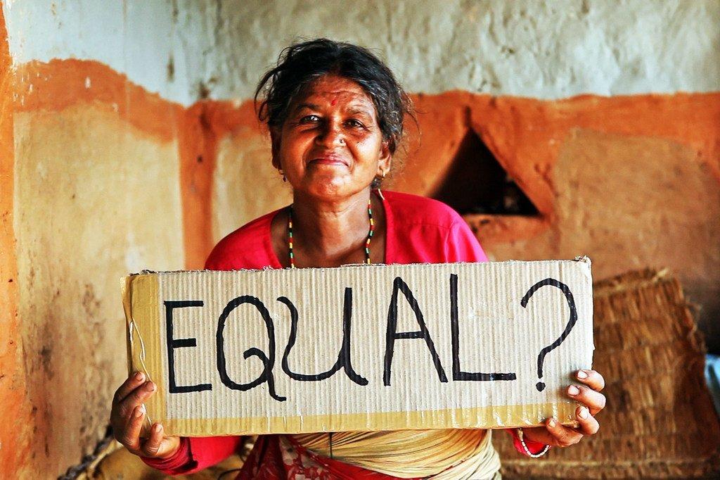 尼泊尔的一名妇女在质疑妇女平等。