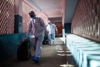 Equipe de um centro de saúde comunitário em Ghaziabad, na Índia, prepara máquinas de oxigênio para tratar pacientes de Covid-19