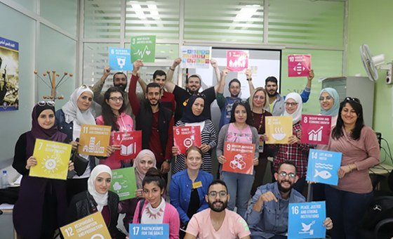 صورة جماعية لختام تدريب توعوي عن أهداف التنمية المستدامة بتنظيم من فريق منصة رواد سوريا 2030 بالتعاون مع UNDP Syria ومركز المهارت والتوجيه المهني في جامعة دمشق.