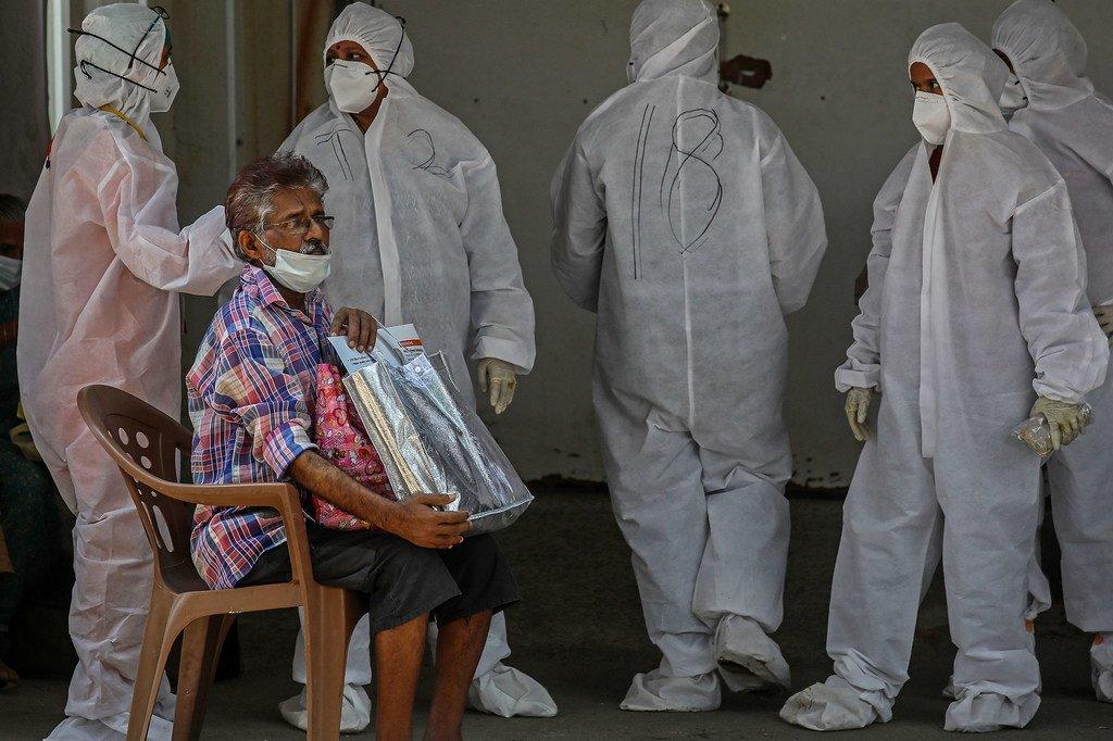 Un homme attend d'être testé pour Covid devant un hôpital de Mumbai, en Inde.