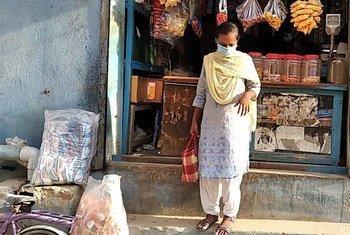 疫情期间,来自印度金奈的15岁女孩桑加正在购买日用必需品。