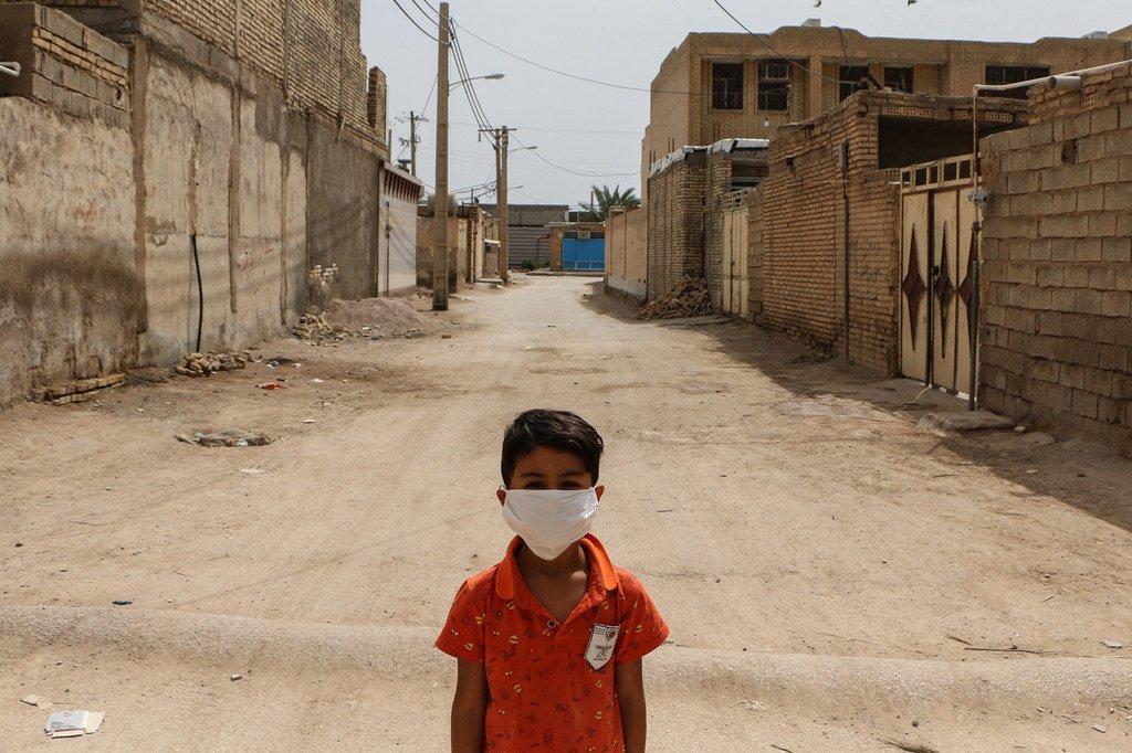 طفل يقف في أحد المناطق الفقيرة في الأهواز بإيران. وإيران هي من الدول الخاضعة لعقوبات دولية رغم اجتياح فيروس كورونا للبلاد.