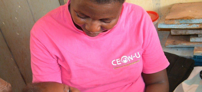 Hellen Talemwa, mkazi wa Uganda akiwa na mwanae. Anasema COVID-19 inakwamisha mipango yake ya kumnyonyesha mwanae maziwa ya mama.