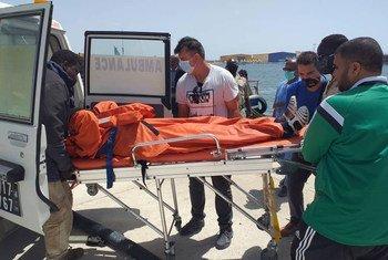 Le seul survivant parmi les passagers d'un bateau à la dérive au large de la côte ouest-africaine est transporté dans une ambulance à Nouadhibou, en Mauritanie.