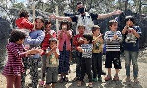 शदी मोहम्मदली (पीछे से मध्य में) गज़ा के एक शरणार्थी हैं, जो अब ग्रीस में एक शरणार्थी शिविर में रहते हैं.