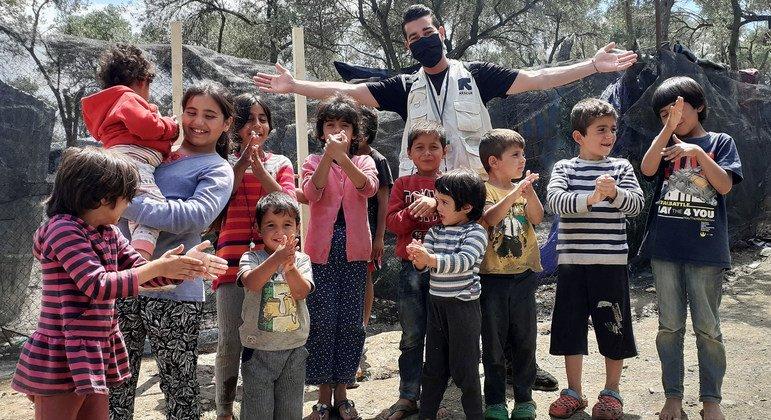 沙迪·默罕默达利(Shadi Mohammedali)(后排中)是一名来自加沙的难民,现在国际救援委员会(IRC)工作。图为他在希腊莫里亚难民营。