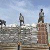 在埃塞俄比亚北部的泽拉泽发放粮食。