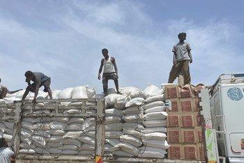 Alimentos são distribuídos em Zelazle, norte da Etiópia