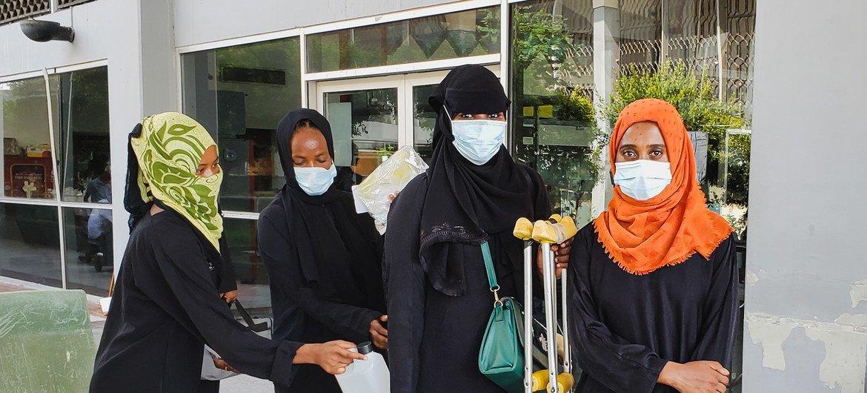 أربعة مهاجرين إثيوبيين يستعدون لمغادرة اليمن إلى أديس أبابا، إثيوبيا.