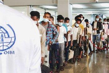 المهاجرون يصطفون في مطار عدن، اليمن، في رحلة ستقلهم إلى إثيوبيا.