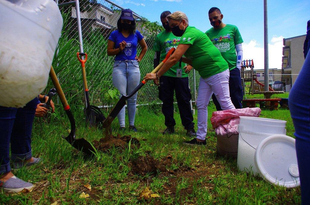 Carla Padilla, Ingeniera forestal del PNUD acompaña a las brigadas familiares para capacitarlas sobre el proceso de siembra, manejo de suelo y cuidados de las plantas. Foto Giuliana Protti / ONU Costa Rica.